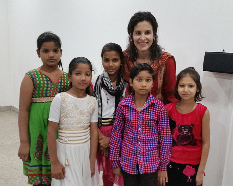 Dehli International Womens All In Conference Susan with children from Delhi